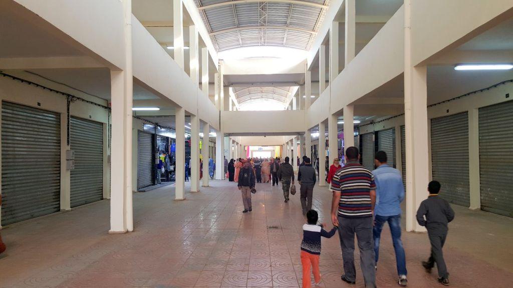 Les allées sont larges et claires, Il n'y a pas beaucoup de boutiques occupées por l'instant;