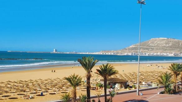 La ville d'Agadir est réputée dans le monde entier pour sa plage de sable fin. D'une longueur de huit kilomètres, la plage d'Agadir est protégée des vents qui balaient la côte.