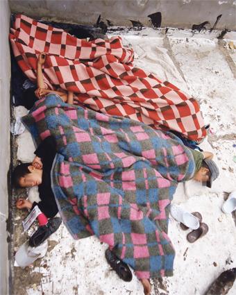 A Agadir et sa périphérie, les enfants des rues sont livrés à eux-mêmes, la ville ne disposant pas d'assez de structures dédiées pour tous les accueillir. Dormir à la belle étoile, à même le sol est souvent un «luxe». La plupart du temps, ils sont agressés et violés... (Ph. AA)