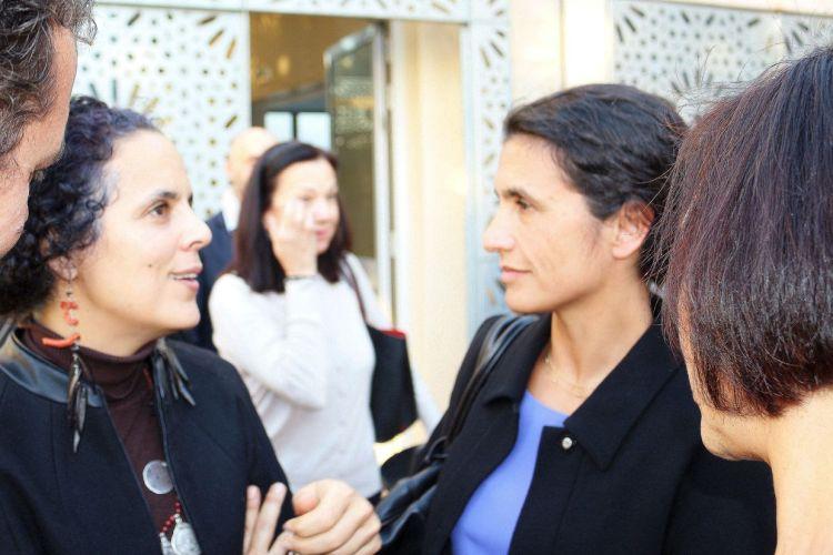 Mme Salima Naji, en conversation avec Mme Marie-Cécile Tardieu, épouse de M. l'Ambassadeur et Conseillère pour les Affaires Economiques