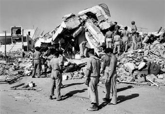 Des sauveteurs tentent de retrouver les victimes, le 2 mars 1960, dans les ruines des maisons effondrées à la suite du violent séisme qui a ravagé la ville d'Agadir (Ph. AFP)