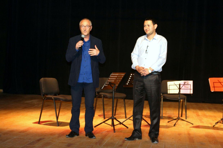 Franck Patillot, directeur de l'Institut français d'Agadir et le directeur du Centre Culturel des Aït Melloul présentent le concert