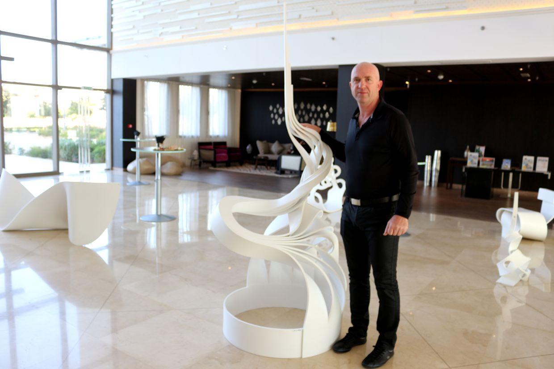 Gérard Iffrig devant une de ses oeuvres
