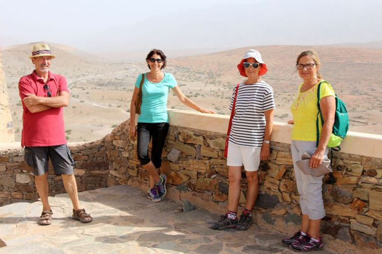 """de gauche à droite : Guy Magotte et Sandrine Saliba, propriétaires du Riad """"Jardin des Orangers"""" à Taroudant, Nicole, sa soueur Monique et moi."""