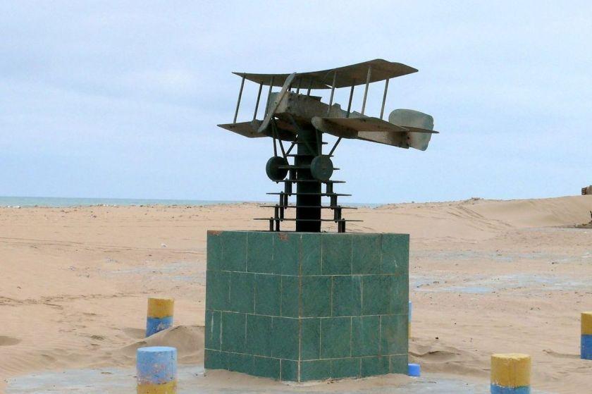 Le mémorial Saint-Exupéry sur la plage de Tarfaya (Photo M. Terrier)